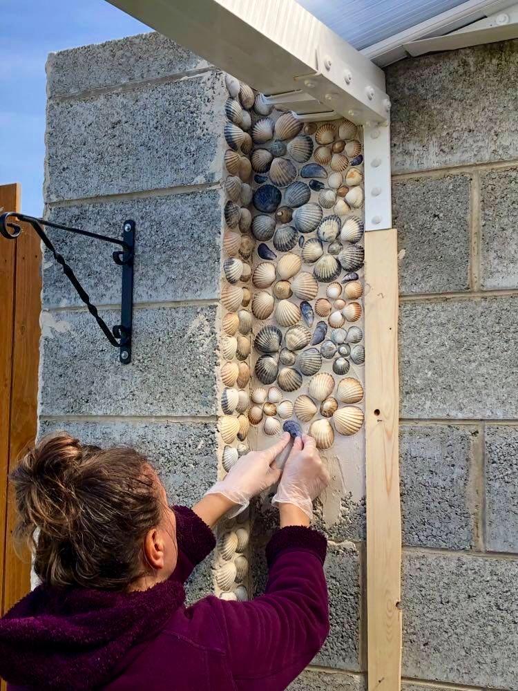 Женщина собрала несколько ведер ракушек и обклеила ими стены дома: результат просто сказочный (фото)