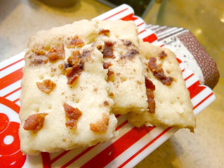 Песочное печенье с корицей и беконом: простой рецепт отличной закуски