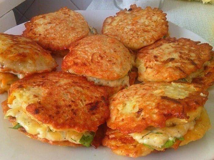 Яйца, мука, сметана. Это блюдо домашние просят меня готовить каждый день — пышные пончики из кабачков
