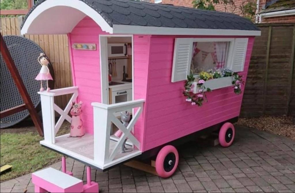 Дедушка сделал для внучки розовый домик: летом в нем даже можно оставаться ночевать