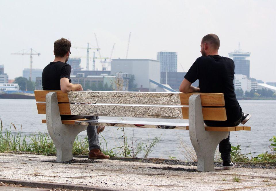 На свое отражение и садиться жалко: дизайнеры из Нидерландов создали  зеркальную  скамейку, чтобы было легче соблюдать социальную дистанцию