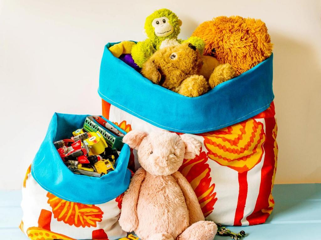 Из ткани я сшила удобные мешочки для игрушек. Они практичные, легко стираются и в сложенном виде не занимают много места