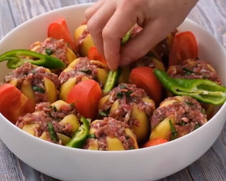 Надрезаю картошку лепестками и начиняю фаршем: рецепт для тех, кто любит на ужин вкусные и красивые блюда