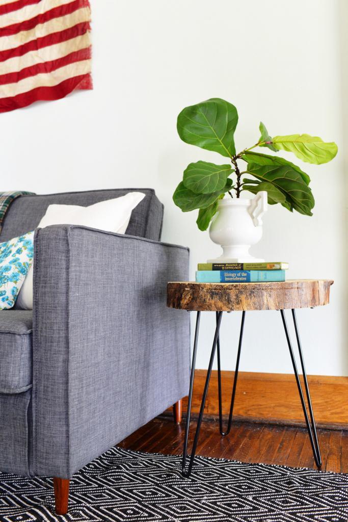 Сделали дома декоративный столик из куска дерева. У него простой дизайн, но смотрится так стильно, что все интересуются, где такой можно купить