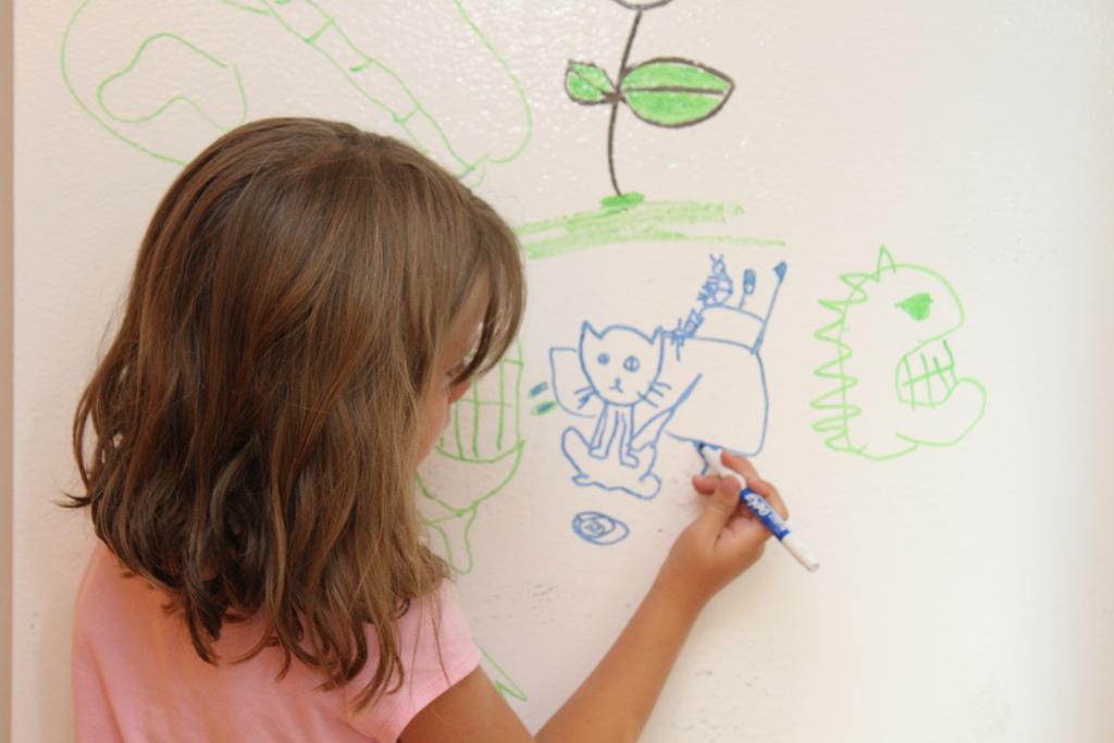 От детских рисунков карандашом на стене избавляюсь легко. На помощь приходит фен: нестандартное применении в быту
