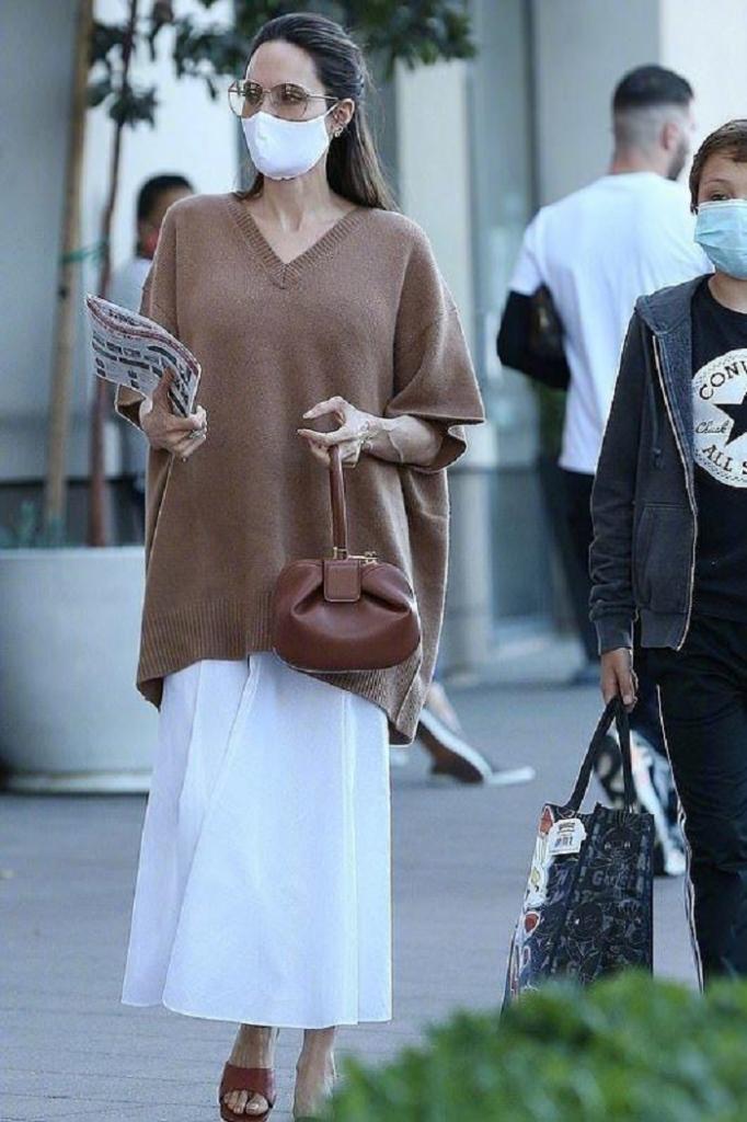 Кофейный свитер и белая юбка: Анджелина Джоли показала пример идеального осеннего наряда