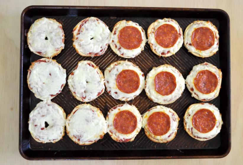 Через 20 минут можно завтракать: рецепт булочек с сыром и колбасой