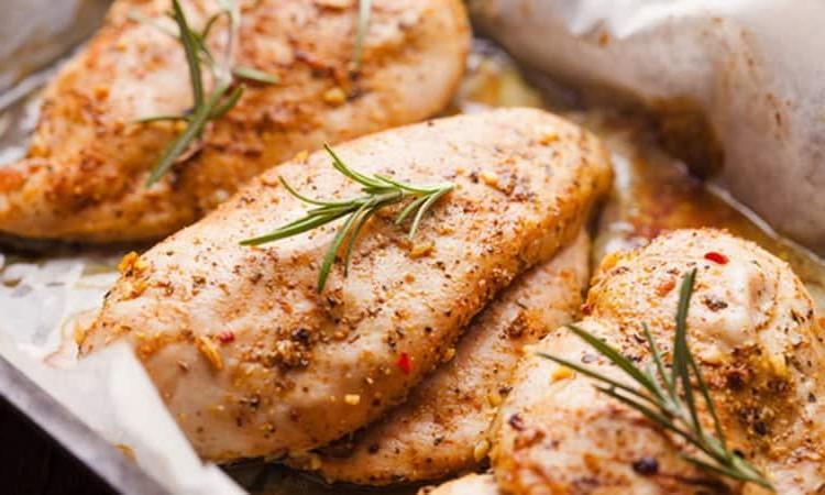 Куриное филе запекаю в пергаменте: мясо прекрасно пропитывается специями и сохраняет сочность