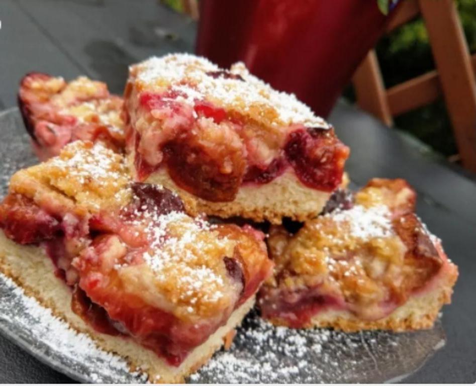 Я часто расстраивалась, когда выпеченные булочки уже на утро становились сухими и жесткими, и научилась готовить тесто, которое долго остается свежим