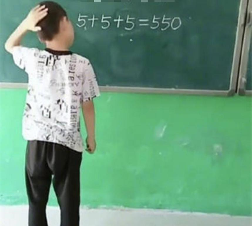 Определенно гений: мальчик за пару минут смог трансформировать пример в правильный, добавив всего один штрих