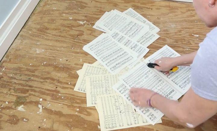 Вырвала страницы из книги с нотами и обклеила ими полы в комнате племянника: юный музыкант оценил результат