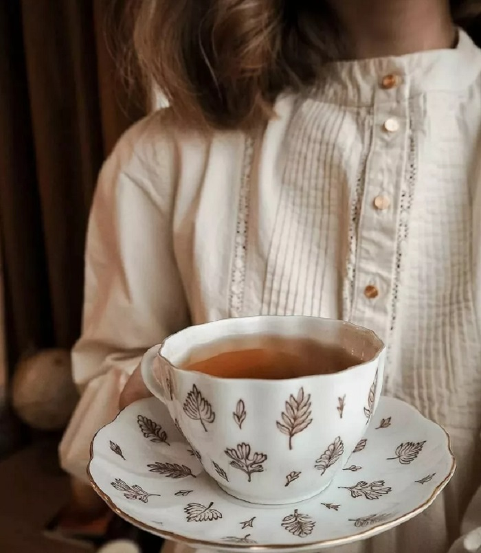 Просовывать пальцы нельзя: как правильно держать чашку во время чаепития (в приличном обществе незнание этого правила сразу бросается в глаза)