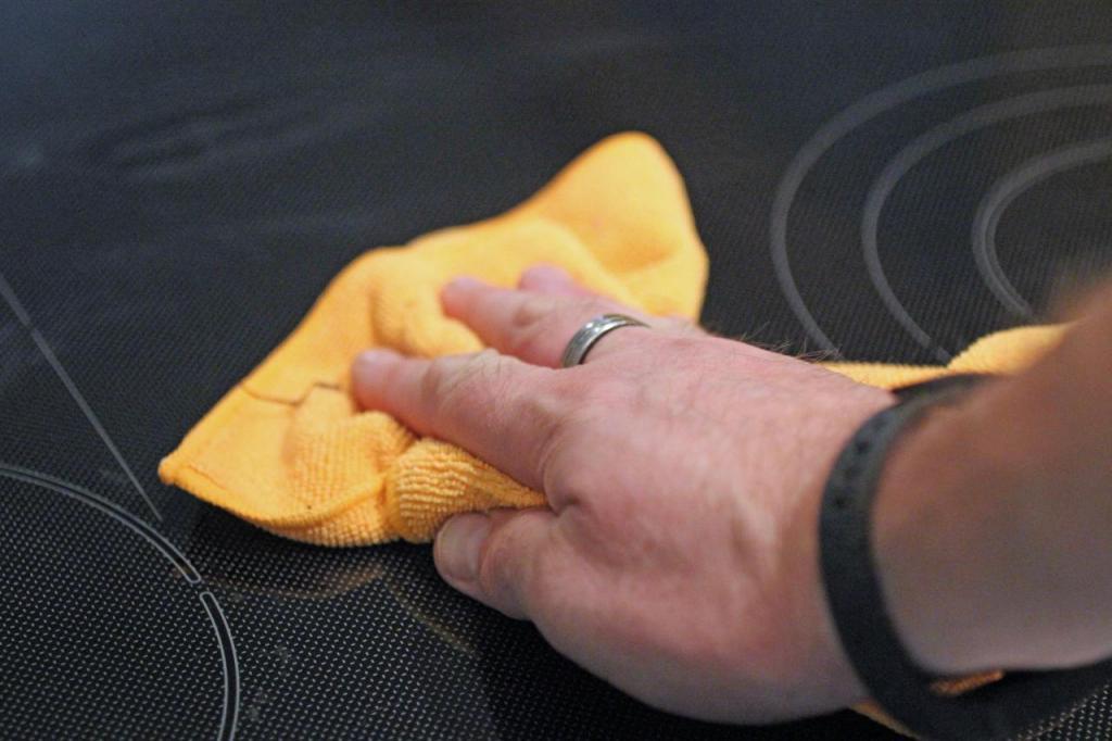 Стеклянную варочную панель мы чистим дома только натуральными домашними средствами. Способ подойдет для любых гладких поверхностей на кухне