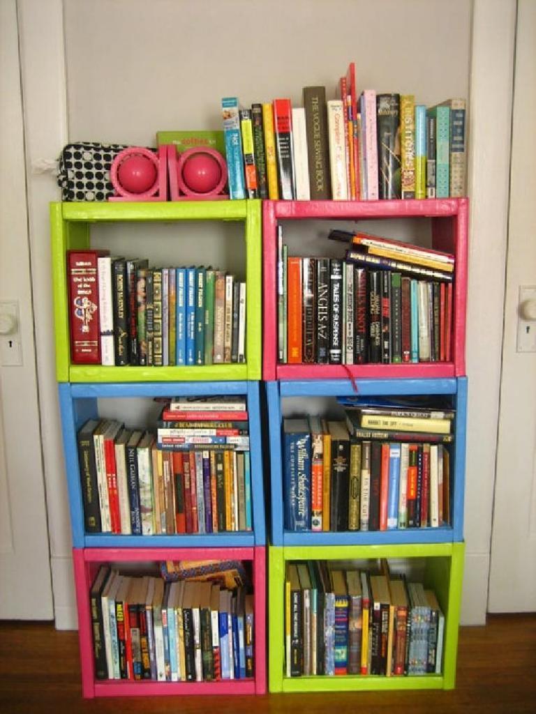 Вместо деревянных досок я использовала ненужные книги: смастерила из них необычную книжную полку