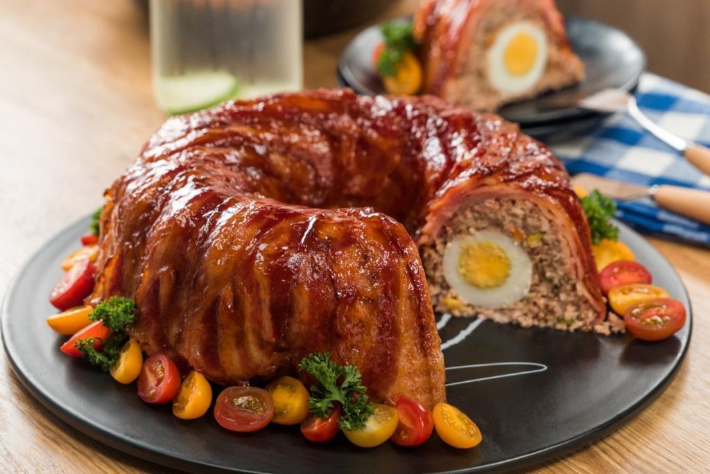 Мясной рулет в корочке из бекона и с яйцом внутри: просто, но никто не скажет, что вы экономите на горячем