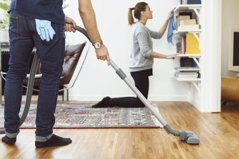Отец четырех детей пожаловался подписчикам, что жена заставляет его заниматься домашними делами. Кто прав?