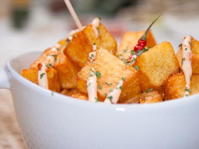 Эту итальянскую закуску нужно есть руками. Большие кубики картофеля обжариваю и подаю с томатно-чесночным соусом
