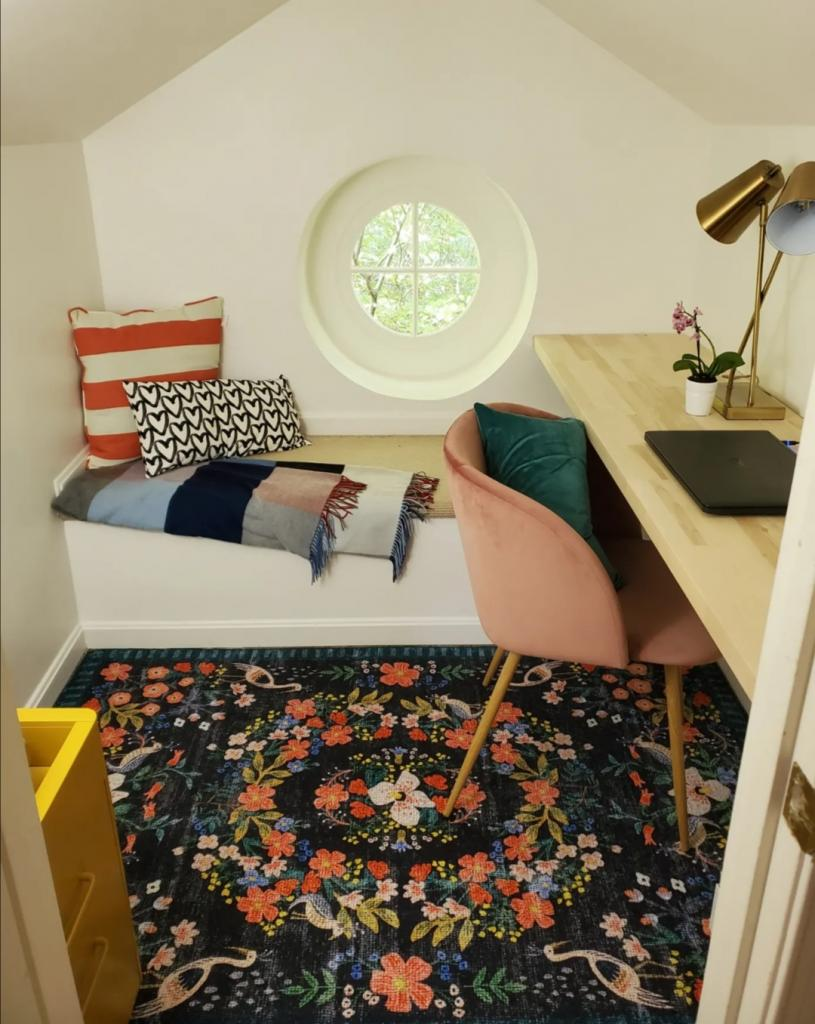 Девушка превратила гардеробную в кабинет: она использовала каждый сантиметр комнаты