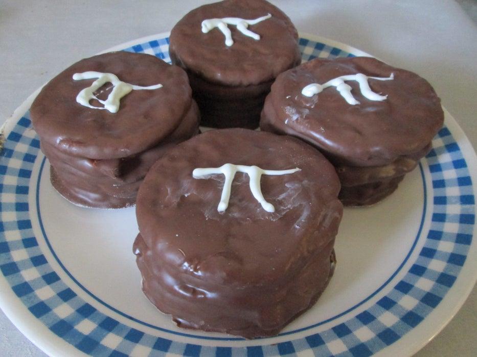Из печенья и зефирного крема готовлю очень вкусные пирожные: поливаю лакомство шоколадом и украшаю белой глазурью
