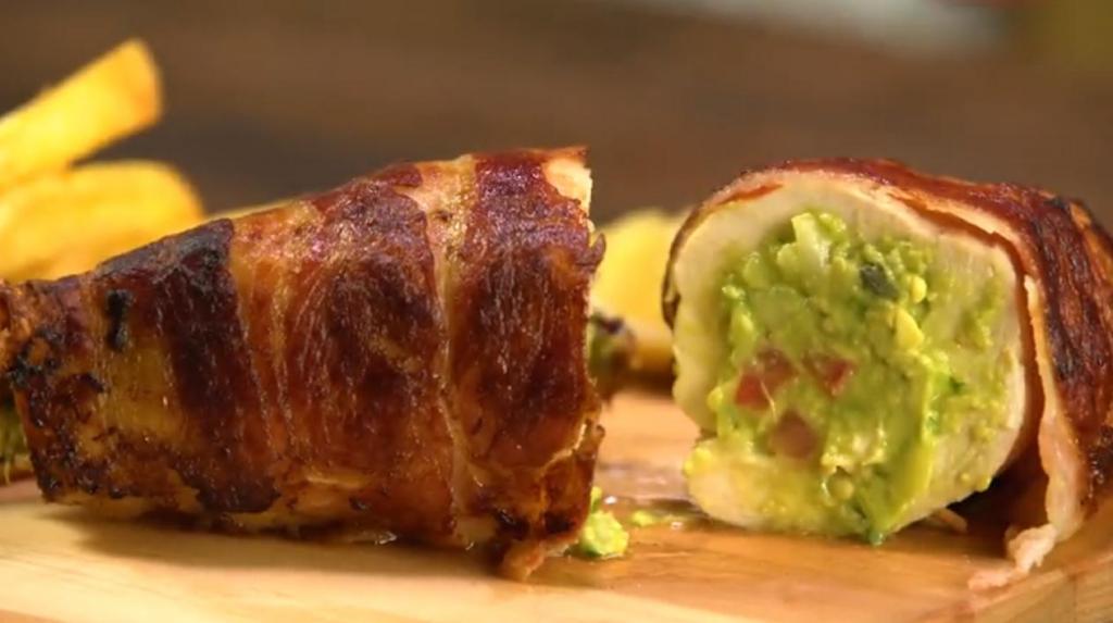 Курочка в беконе, фаршированная гуакамоле: необычайно вкусное блюдо для праздничного стола