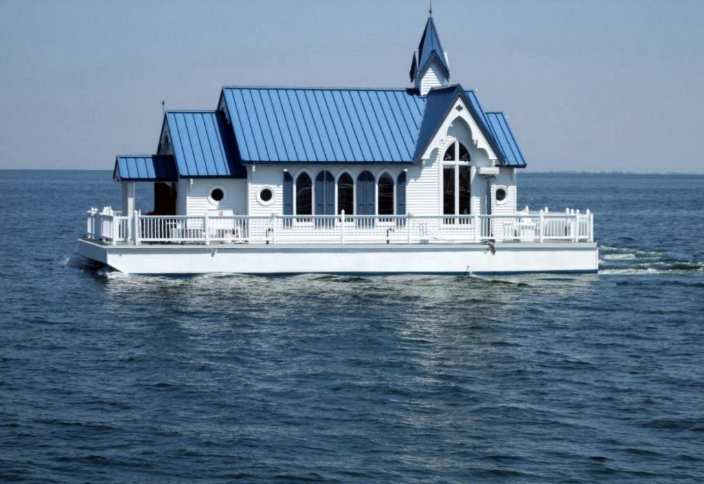 Плавучую часовню переделали в жилой дом-яхту. Внутри здание выглядит просто роскошно: фото