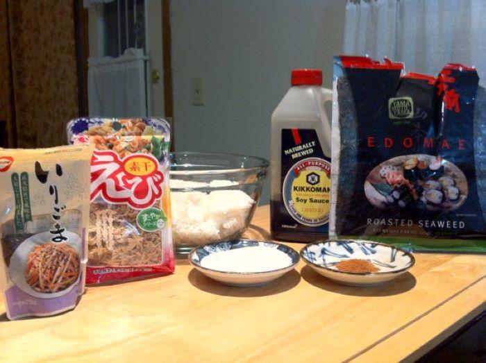 Из риса и кунжута приготовила чипсы. В школу дети на перекус берут с удовольствием