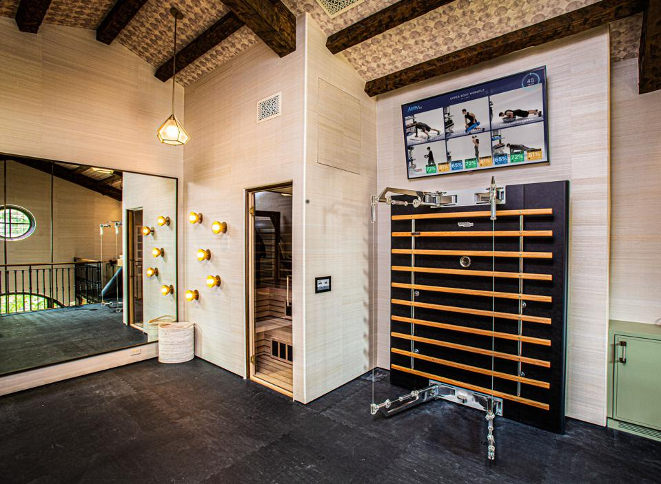 Дизайнеры срочно генерируют идеи домашних тренажерных залов, так как спрос на них в пандемию непрерывно растет