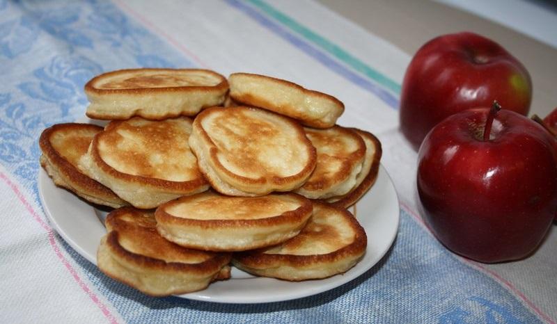 Родной десерт к чаю: яблочные пышные оладушки на кефире либо сметане