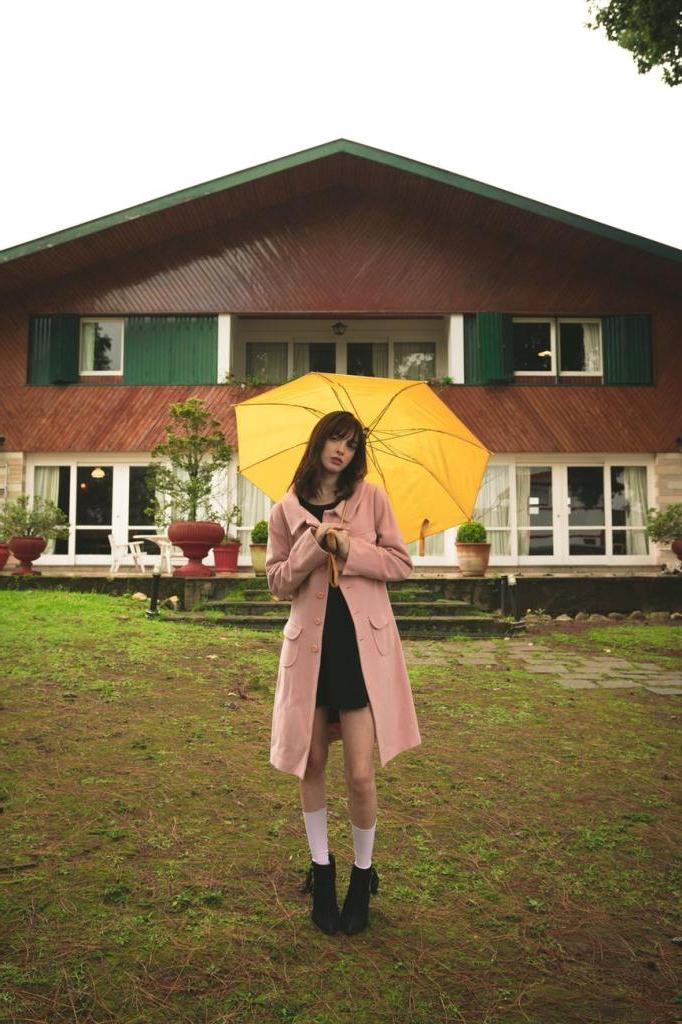 Длина до колен и яркие цвета: что надеть в дождливый день, когда хочется выглядеть красиво и стильно