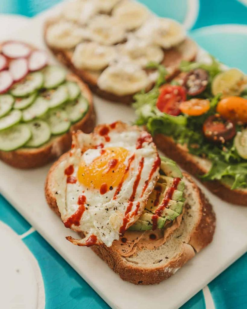 Четыре моих любимых начинки для утренних тостов: это быстро и очень вкусно