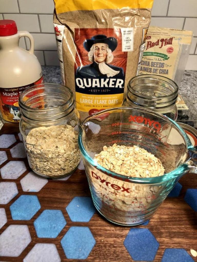 Легкий завтрак из овсянки с орехами и ягодами на несколько дней подряд: идеально подойдет для тех, кто хочет сэкономить время с утра