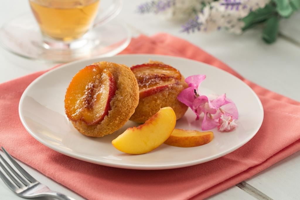 Раньше из персиков пекла пирог, а сейчас готовлю только янтарные кексы: тесто рассыпчатое, а гармония кислого и сладкого завораживает