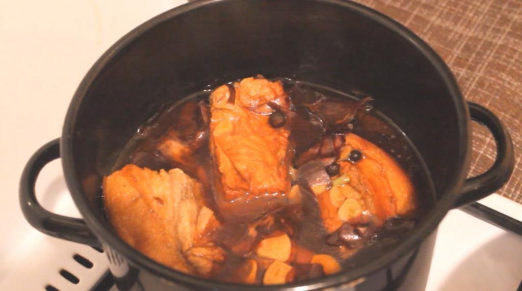 Варю свиную грудинку с луковой шелухой и специями, получается вкусная закуска