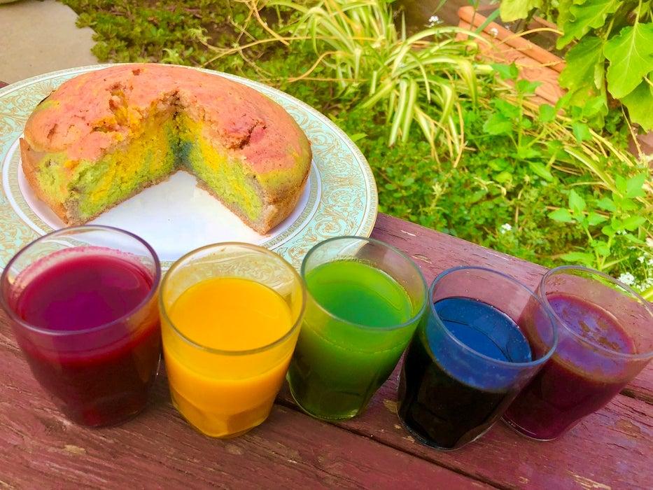 Искусственные красители считаю вредными, поэтому раскрашиваю тесто с помощью природных ингредиентов: готовлю к чаю радужный пирог с голубикой, куркумой и овощами
