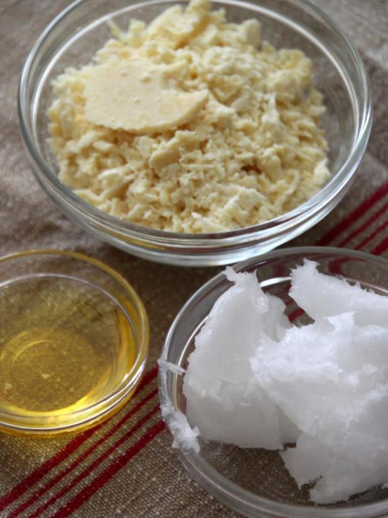 Приготовила домашнее шоколадно-кокосовое масло для тела. Оно нежное, хорошо впитывается и дает коже все, что нужно в холодное время года