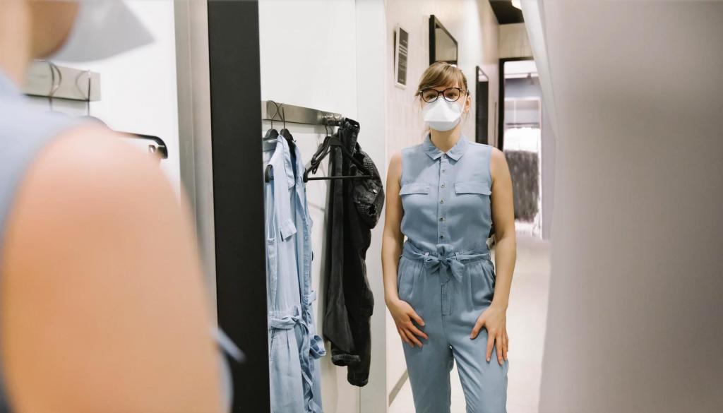 Маска лучше вакцины: нужно ли надевать маски при входе в торговые центры