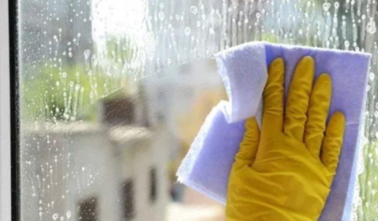 После мытья окон наношу на них простое средство на основе глицерина, которое целый год защищает их от грязи и пыли: лайфхак
