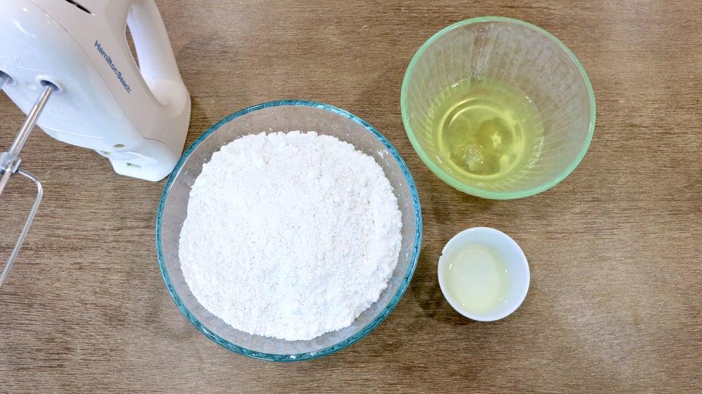 Королевская глазурь для любой выпечки из трех яиц, ложки лимонного сока и четырех стаканов сахарной пудры