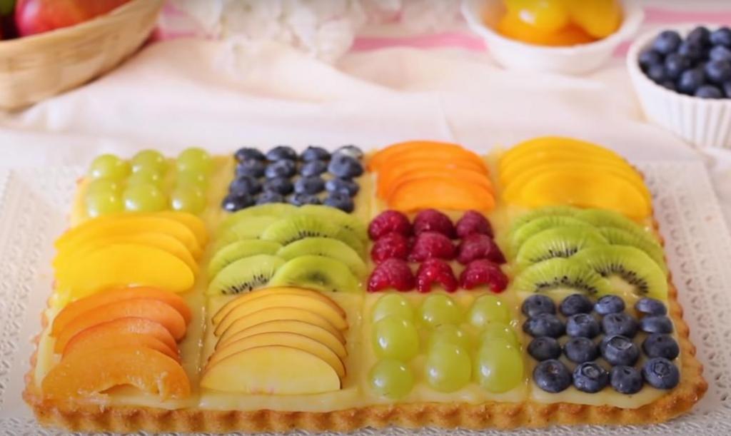 Испекла простой торт с заварным кремом и украсила фруктами, которые нашла в холодильнике: оглянуться не успела, как детки попросили еще