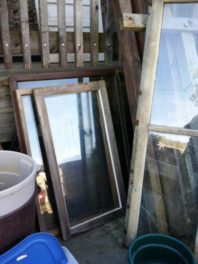 Из старого окна сделали на кухне доску для заметок. Любимые рецепты можно записывать прямо на ней