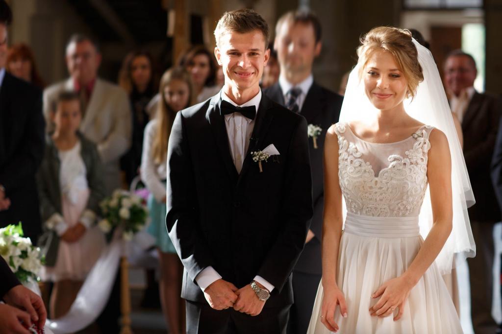 Нельзя делать вечернюю прическу и разговаривать с невестой: девушка вызвала недоумение у гостей списком правил поведения на ее свадьбе