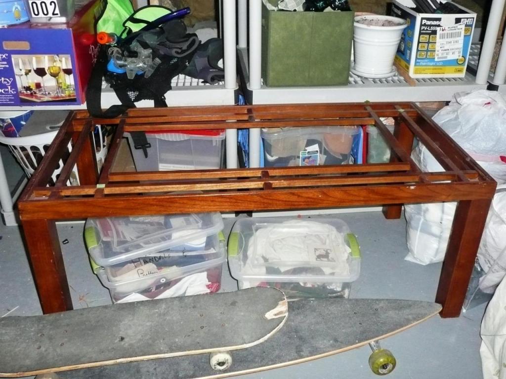 После ремонта осталась старая дверь из натурального дерева. Из нее мы сделали журнальный столик: он прекрасно вписывается в любой интерьер