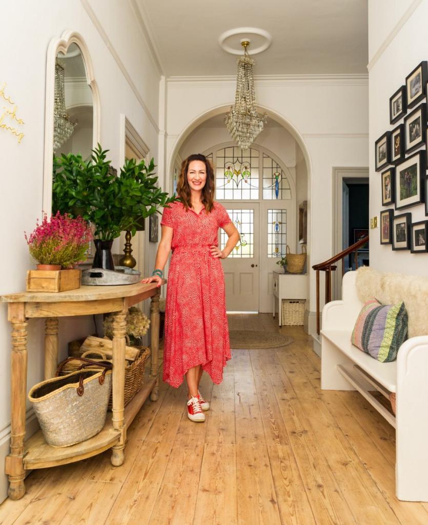 Женщина потратила 2 года, чтобы преобразить старый дом в викторианском стиле: результат потрясающий