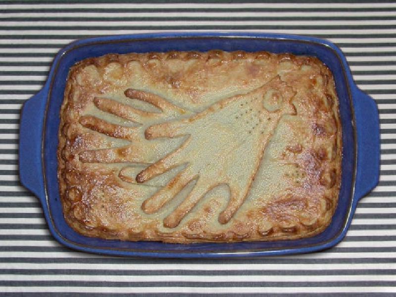 Запекла курицу в духовке, а из остатков приготовила пирог: рецепт выпечки