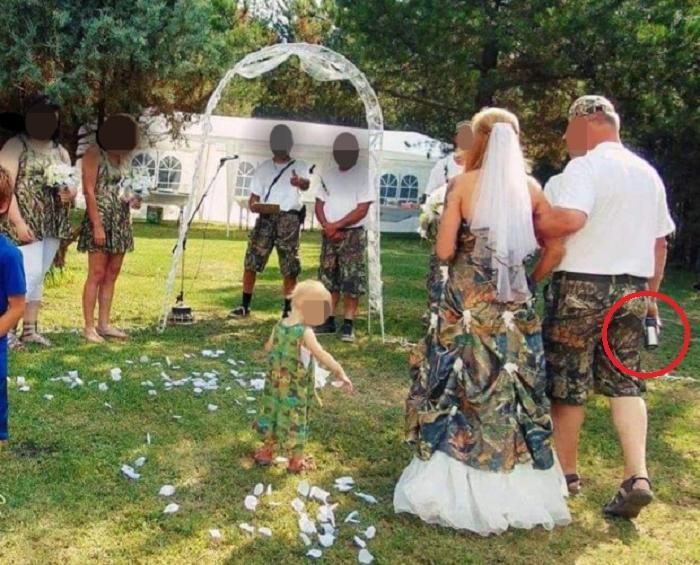 Какая странная свадьба! Людей удивил предмет в руке отца невесты и наряды гостей