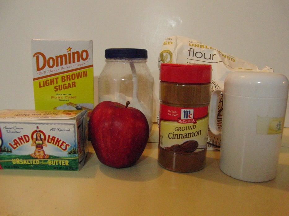 Из яблока вырезаю серединку, смешиваю с сахаром и корицей и запекаю. Это любимый десерт моих малышей