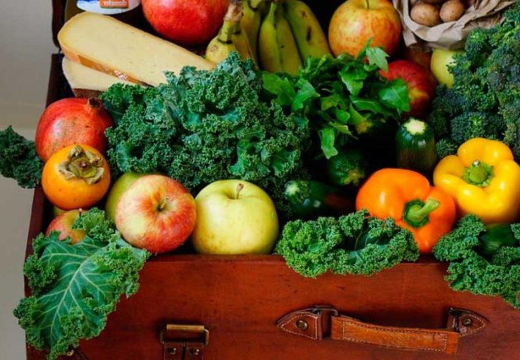 Осень - время изобилия овощей и фруктов. В этом году я выписала и приклеила на холодильник советы, как сохранить их свежими подольше