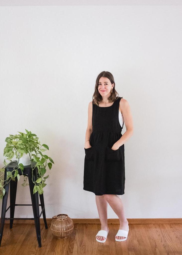 С одним простым фартуком-сарафаном можно создать несколько стильных образов: каждый смотрится свежо и красиво