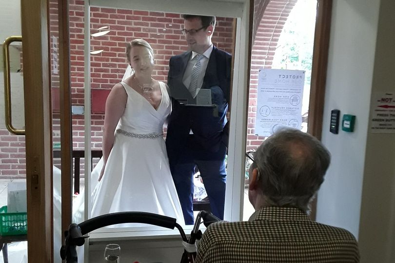 Невеста проехала больше 300 км, чтобы навестить дедушку в доме престарелых и показать ему свой свадебный наряд