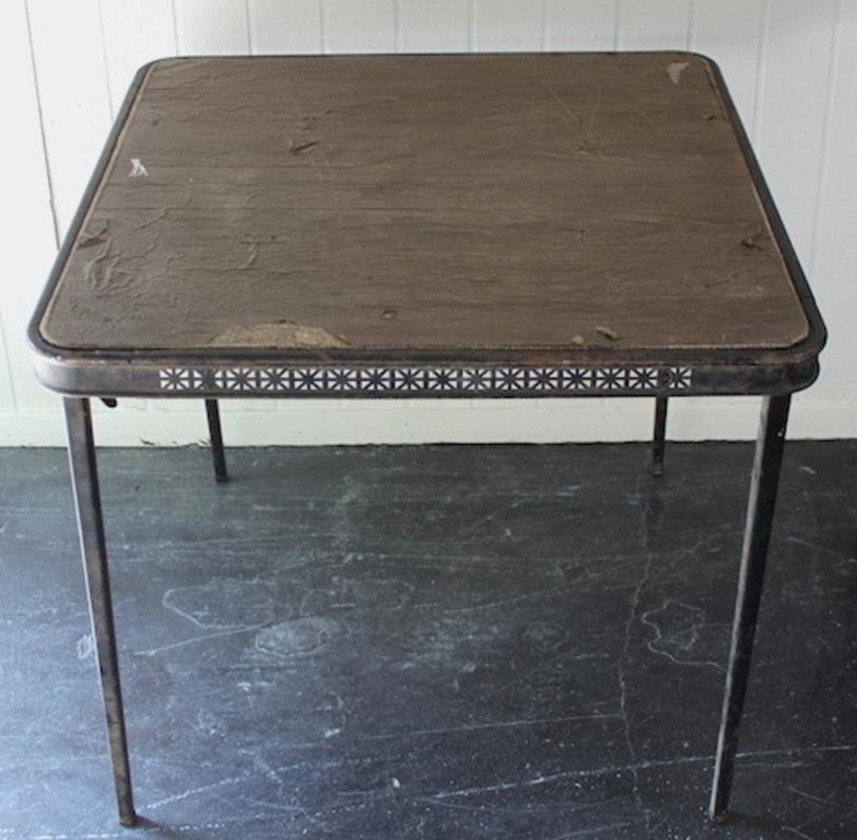 Старый складной столик обрел новую жизнь. Мы сделали для него новую кожаную столешницу в виде шахматной доски
